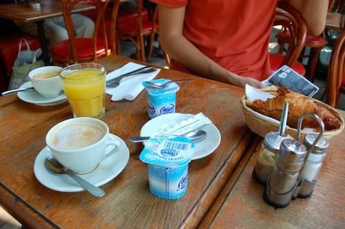 01 breakfast yaourt jus dorange croissant cafe creme 500x332 Bonjour de Paris!