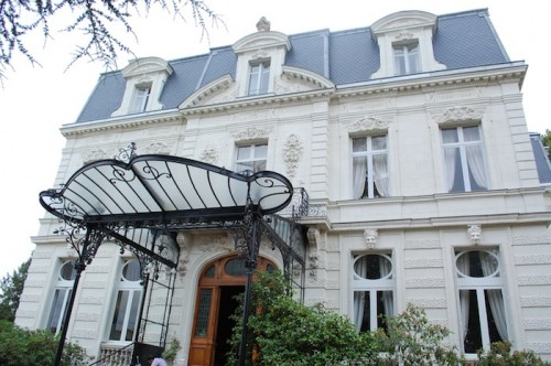 11 outside chateau 500x332 Bonjour de Paris!